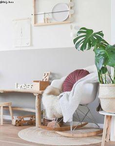 Scandi meets Boho - Stilmix auf Skandinavisch! Wenn zwei angesagte Stil-Richtungen aufeinandertreffen, ist das Ergebnis doppelt schön! Die geradlinige Modernität des Scandi-Styles wird mit auffälligen Boho-Elementen aufgelockert und zum weltumschließenden Wohnkonzept. Kombiniere zu puristischen Möbeln, Teppiche im Beni-Ourain-Stil, Flecht-Körbe und stilvoller Deko, fertig ist der Stil-Mix zum Verlieben!📷:@bij.hes // Wohnzimmer Sofa Sessel Deko Skandinavisch Boho Beige Fell Leseecke Natural Living, Design House Stockholm, Kids Decor, Home Decor, Baby Room Decor, Kid Spaces, Children Photography, Boho, Baby Gifts
