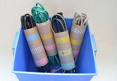 Rolos vazios de papel higiênico podem ajudar a organizar os fios (Foto: Reprodução/ ourthriftyideas.com)