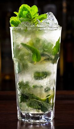 The best classic Mojito recipe. Very popular rum-based Mojito. Alcoholic Cocktails, Summer Cocktails, Cocktail Drinks, Alcohol Drink Recipes, Punch Recipes, Raspberry Lemonade, Pink Lemonade, Mojito Recipe, Magic Recipe