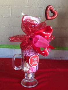 Detalle de amor en copa... Valentine Bouquet, Valentine Wreath, Valentine Day Crafts, Valentines Balloons, Valentines Day Decorations, Candy Arrangements, Valentine Baskets, Chocolate Bouquet, Candy Bouquet