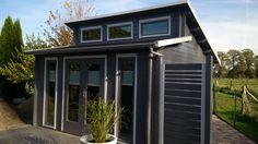Modernes Pultdach Gartenhaus in Anthrazith. Auch der Sichtschutz und die Terrasse passen stilistisch und farblich super zum geradlinigem Konzept.