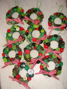 Cute button wreaths.  They don't look too difficult, the kids could even make these.