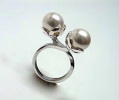 Sortija de plata de primera ley con dos perlas shell de 1 cm de diametro. REF.:110255890140. PRECIO: 33,90 €