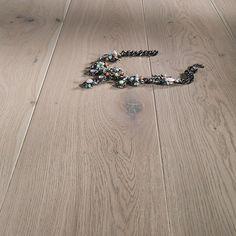 En grålasert, mattlakkert eikeparkett som legges enkelt med klikksystem. Dette grå parkettgulvet gir et elegant og dempet inntrykk med fasede bord med varierende ådring. Sapphire, Touch, Flooring, Rings, Elegant, Jewelry, Classy, Jewlery, Jewerly