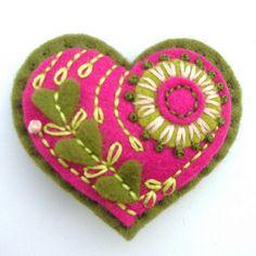 felt heart brooch - oh my! Felt Fabric, Fabric Art, Fabric Crafts, Felt Embroidery, Felt Applique, Felt Brooch, Felt Hearts, Felt Diy, Felt Christmas