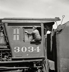 Cleaning one of freight locomotives of the Chicago & North Western. Iowa, 1943. http://j.mp/2ccHe3N J Delano