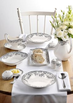 Spode Delamere Rural is elegant, yet modern dinnerware. Modern Dinnerware, Soup Plating, Autumn Home, Kitchen Accessories, Event Design, Tablescapes, Table Settings, Plates, Table Decorations
