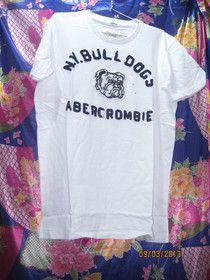 Áo thun Abercrombie màu trắng:  Áo thun Abercrombie màu trắng, trên áo có in  lụa hình. vải áo dày, dạng body.