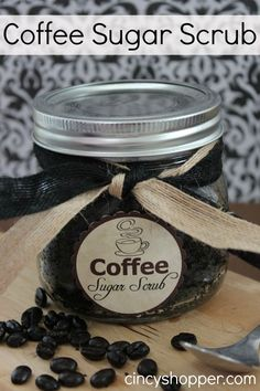 25 Days of DIY Gifts -Coffee Sugar Scrub Recipe in a Jar FREE Printable Label.I wonder if any coffee would work better than the other? Diy Body Scrub, Diy Scrub, Homemade Scrub, Homemade Gifts, Homemade Beauty, Diy Beauty, Printable Labels, Free Printable, Printable Recipe