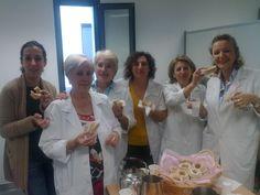 Somos el grupo de los viernes de nuestro voluntariado en el hospital general de Ciudad Real ,en un descanso y tomando fuerzas para seguir haciendo nuestro trabajo con alegria !!!! Loren Clavillo Nieto