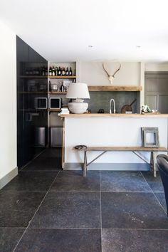 Prachtige keuken met Belgisch hardsteenlook vloertegels 80x80 maar dan in keramische vorm.