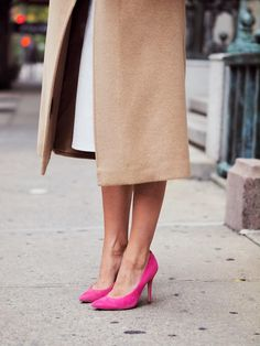 Camel coat and hot pink heels Fashion Mode, Look Fashion, Winter Fashion, Womens Fashion, Street Fashion, Fashion Ideas, Sweater Weather, Pink High Heels, Pink Pumps