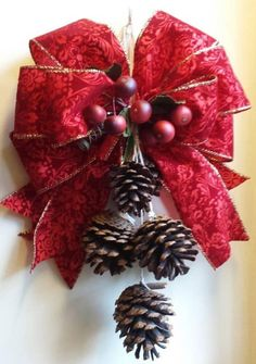 Front Door Christmas Decorations, Christmas Planters, Christmas Wreaths, Christmas Christmas, Pinecone Ornaments, Holiday Crafts, Holiday Decor, Diy Wreath, Rustic Christmas