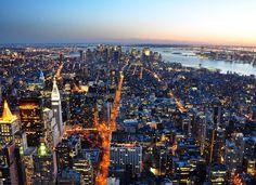 Passar algumas horas acompanhando o pôr do sol e anoitecer em New York de cima do Empire States não é para os fracos dependendo da época do ano . Estávamos lá em março e passar 3h do lado de fora do topo do prédio foi um tanto congelante, mas valeu cada minuto pelas cenas e fotos do Rio Hudson com os prédios envidraçados de Manhattan. We ❤️ NY, right?