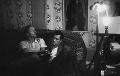 #borgesavevauntumblr La foto di copertina è già tutta un programma.  Burroughs e Kerouac immortalati nel 1953 da Allen Ginsberg in un interno nuovayorkese, seduti tra improbabili tappezzerie e ottomane dai  motivi vagamente orientaleggianti.
