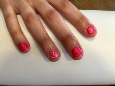 Ibiza pink met op de ringvinger magic pearl en abstracte roos in Ibiza pink. De nagels zijn afgewerkt met ultra shine pearl enkel de ringvinger niet. Pink Gellac