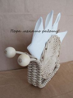 Стена Recycled Crafts, Handmade Crafts, Diy And Crafts, Newspaper Basket, Newspaper Crafts, Willow Weaving, Basket Weaving, Baskets On Wall, Wicker Baskets