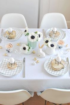 Easy Easter Table Décor Ideas and Wow-Worthy Centerpieces Simple Black and White Easter Table Decorcountryliving Easter Table Settings, Easter Table Decorations, Decoration Inspiration, Easter Celebration, Easter Party, Easter Brunch, Deco Table, Easter Crafts, Tablescapes