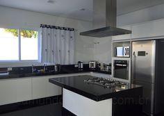 Equipada com bancadas em granito preto, pia dupla, armários planejados e modernos eletrodomésticos em aço inox, a cozinha conta com uma enorme janela, que favorece o arejamento do cômodo.