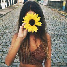 Cabelo solto, e uma flor  cubrindo o rosto
