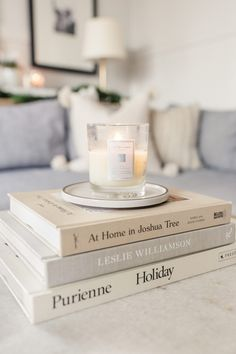 36 Beautiful Coffee Tables for all Living Room Styles - The Trending House Book Aesthetic, White Aesthetic, Casa Hygge, Books Decor, Coffee Table Books, Deco Design, Amazon Gifts, Book Photography, My Coffee
