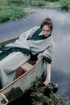 """""""I wish I could just float away and drown. Chinese Man, Chinese Style, Ancient Beauty, Ancient Art, Hanfu, Beautiful Boys, Beautiful People, Poses, Asian Photography"""