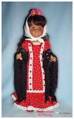 Hoy nuestra modelo se va a pasear por los Madriles, hecha una autentica chulapa, con su mantón de Manila.      Este favorecedor vestido le...