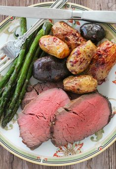 Slow Roasted Beef Tenderloin - with red wine pan sauce - Foodtastic Mom Slow Roasted Beef Tenderloin, Roast Fillet Of Beef, Beef Tenderloin Recipes, Pork Roast, Healthy Crockpot Recipes, Grilling Recipes, Meat Recipes, Cooking Recipes, Game Recipes