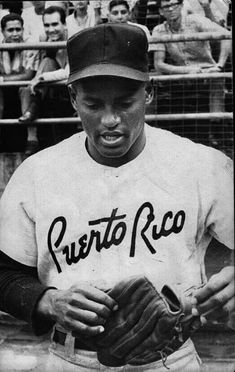 Roberto Clemente, Baseball Players, Baseball Cards, Puerto Rico Pictures, Puerto Rico History, Puerto Rican Culture, Pirates Baseball, Willie Mays, Vintage Black Glamour