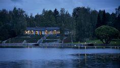 Talo suunniteltiin järven lumoavien maisemien ehdoilla