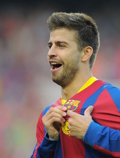 Barcelona's defender Gerard Pique celebrates after scoring a goal during the Spanish League football match between Barcelona and Espanyol at the Nou Camp stadium in Barcelona on May Erstklassige Nachrichtenbilder in hoher Auflösung bei Getty Images Barcelona Team, Pique Barcelona, Gerald Pique, Football Match, Soccer Players, Messi, Photo Credit, Goals, Couple Photos