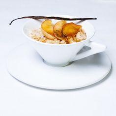 Vaniljainen, luksuluokan aamupuuro kruunataan hunajaisilla omenasiivuilla.