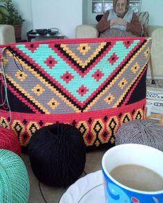 örgüm, kahvem ve ANNEM #örgümlekahvem @arslan.imren  @seherilter  @ergul_dogru_tilkal  @senguldgr  #wayuu  #elemeği  #elemegi  #örgüçanta  #desing  #pinterest