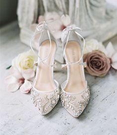 ¡Descubre los zapatos de novia perfectos para la boda y decora tus pies! - ¡Descubre los zapatos de novia perfectos para la boda y decora tus pies! Cozy Wedding, Wedding Boots, Wedding Heels, Green Wedding Shoes, Wedding Garters, Glamorous Wedding, Casual Wedding, Gift Wedding, Wedding Things