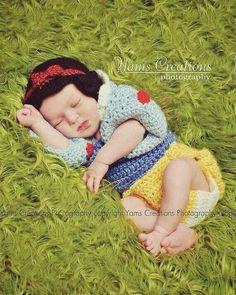 Snow white crochet prop, how adorable. Crochet Baby Clothes, Newborn Crochet, Cute Babies, Baby Kids, Baby Boy, Baby Patterns, Crochet Patterns, Disney Princess Babies, Crochet Bebe