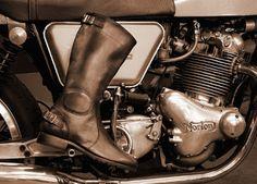 """RUNNERBULL, azienda artigiana italiana, i cui modelli sono realizzati con pellami di alta gamma  di concerie nazionale. Insomma un Mady in Italy al 100% come piace a me! Interessanti gli ultimi due modelli che completano l'abbigliamento """"old style """" del biker di cafè racer e moto d'epoca: il  VINTAGE SPEED e VINTAGE TOURISM http://bit.ly/1ZBJRyL www.runnerbull.com @runnerbull"""