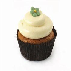 De lekkerste Classic-Carrot-Cupcakes kun je hier bestellen en laten bezorgen met een foto of tekst. Deze klassieke carrot- cupcakes zijn gemaakt volgens traditioneel recept, met noten, geurige specerijen en verse wortel. 12 in een doos, vandaag besteld, morgen geleverd.