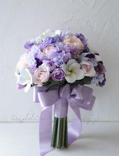 紫のお花とプルメリアのクラッチブーケ