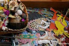 Meine Reise nach Bali, in die Welt des Schattentheaters. Als junge Puppenspielerin wollte ich das rituelle Schattentheater im Tempel erleben…( Foto: Blick in die Figurenkiste eines Schattenspielerin in Bali)
