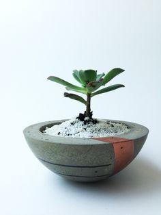 Vasinho de concreto, produzido e pintado à mão. Para plantas, velas ou outros. Aproximadamente 10 cm diâmetro. Planta ideal: espécie suculenta Encomendas, @b1odesign