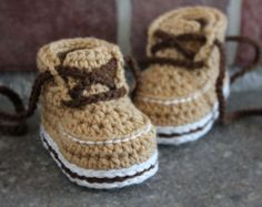 baby boys bootees crochet pattern Shoes Cairo Boots por Inventorium
