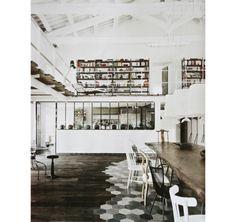 Versátil, o mezanino pode abrigar vários tipos de ambientes – confira 22 ideias de espaços com estar, escritório, biblioteca, quarto e pátio