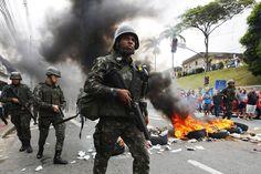 Manifestantes protestam contra a falta de polícia nas ruas queimando pneus em frente ao quartel central da PM do Espírito Santo - 07/02/2017