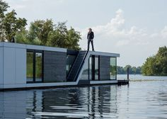 There are floating homes - and then there is floating house architecture. The kind of modern homes that wow you on the water, long before you get in the front. Floating Architecture, Water Architecture, Modern Architecture, Architecture Wallpaper, Ing Civil, Lakefront Property, Water House, Floating House, Building Design