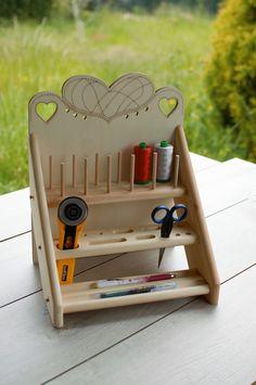 Organizador de madera para hilos y herramientas de patchwork. Hilos y herramientas no includos. Adquiérelos en Patch Creatures
