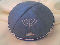 Kipá en Blue Indigo (sarja azul) con bordado artesanal y terminacion en cordon blanco de seda. 100% algodon.