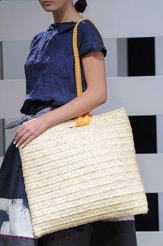 Daniela Gregis at Milan Fashion Week Spring 2016 - Details Runway Photos Basket Bag, Milan Fashion Weeks, Knit Crochet, Crochet Bags, Knitted Bags, Big And Beautiful, Spring 2016, Weaving, Fashion Dresses