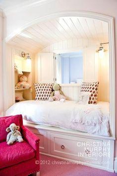 quarto menina janela em cima da cama
