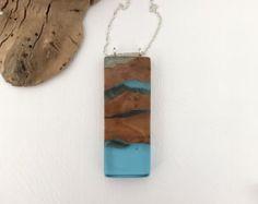 Resina azul y colgante de madera largo triángulo por CrowWoodcraft