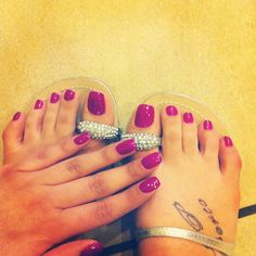 <3 that pink nail color.